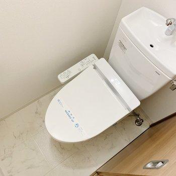 トイレはウォッシュレットつき。上に小棚もありました。