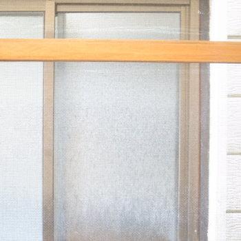 【2階和室6帖】横長の窓の外はお隣さんの窓です。なお網戸は固定になっています。