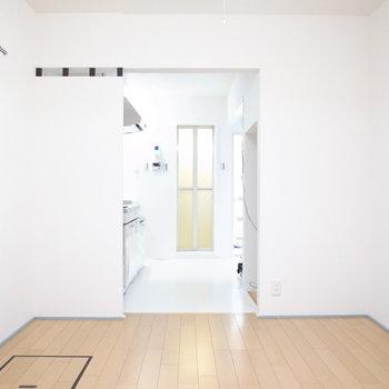【1階洋室】ドアがついていないので、お好みのファブリックで目隠しを◎レトロな玉簾なんて似合いそう!