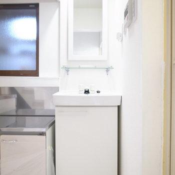 キッチンのすぐとなりにスリムな洗面台があります。