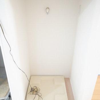 そして、キッチンのすぐ背後に洗濯機置き場があります。