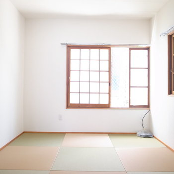 【2階和室6帖】畳が正方形で、かわいらしい色味!こちらも窓が2つあります。