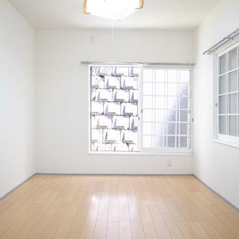 【1階洋室】こちらはLDとして使えますね。壁と窓枠が真っ白に変更されています。