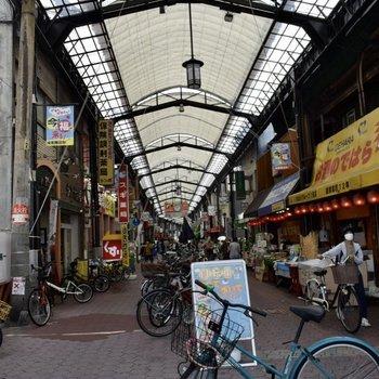 駅の近くにある城東商店街は平日の昼間でも賑やかでした。