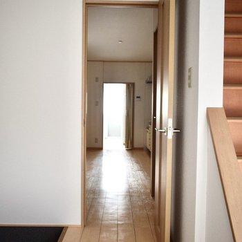 玄関から脱衣所奥までの動線が綺麗。