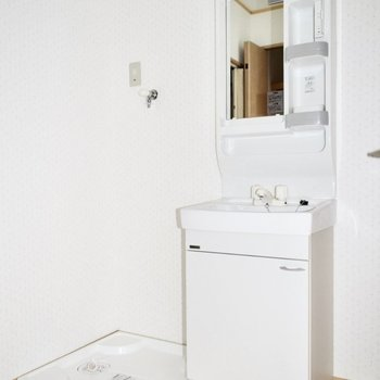 洗面台の隣には収納ワゴンなどをおいても良さそう。