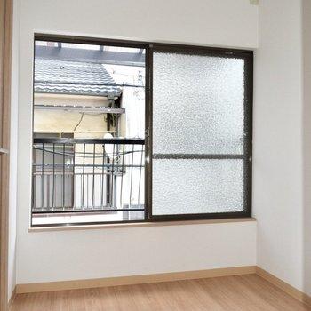 洋室】バルコニーに繋がる窓です。