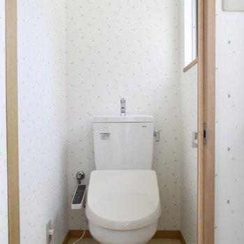 2階トイレ】2階にもトイレがあるのは便利ですね。こちらも窓付き。
