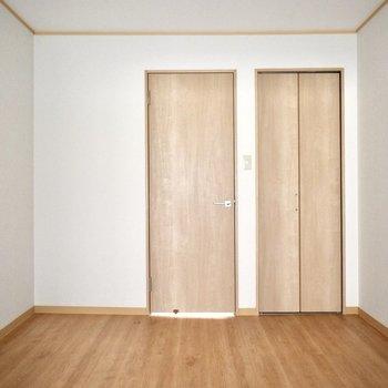 和室前のスペース】ドアを開けていると明るいです。