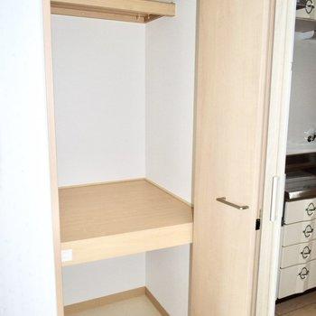 脱衣所にも収納が。ストック品や洋服、掃除道具をいれるのいいかも。