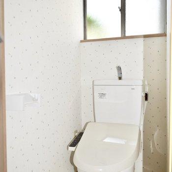 1階トイレ】ウォシュレット付!換気用の窓もついていますよ。