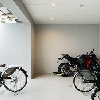 屋根付きの自転車置き場。バイクなども置けます。