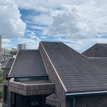 こちらからの眺望はお隣さんの屋根。しかしすぐ上には広い青空が広がっています。