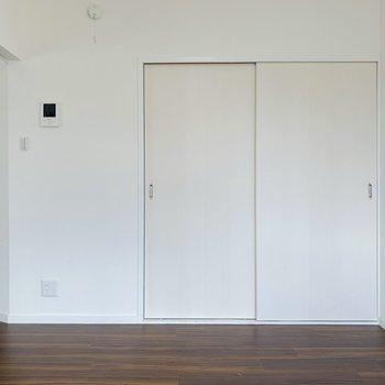 床の色に合わせ落ち着いた色で統一すれば、リラックスできる空間に。(※写真は清掃前のもの)
