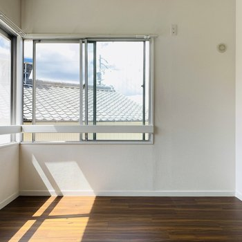 南向きの窓から入る陽が明るく温かい気持ちに。(※写真は清掃前のもの)