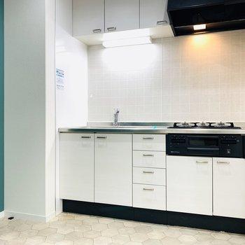まずはキッチン。緑の壁で囲まれたスペースです。(※写真は清掃前のもの)