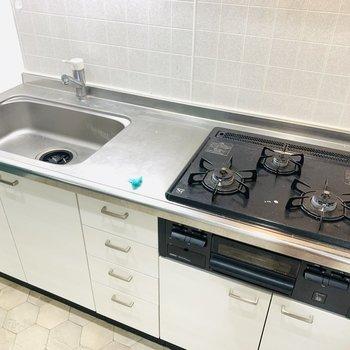 お料理の幅が広がりそうなシステムキッチン。(※写真は清掃前のもの)