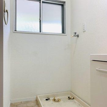 ユーティリティーは窓付です。奥には洗濯機置き場。(※写真は清掃前のもの)