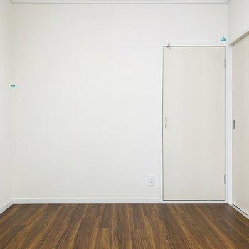シンプルな作りなので家具の配置が色々できそうです。(※写真は清掃前のもの)