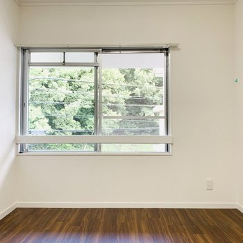 【洋6】北側の洋室。窓からの景色とお部屋との色味のマッチが素敵です。(※写真は清掃前のもの)