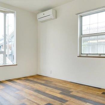2面窓で日当たりのいい洋室。エアコンもついてます◎