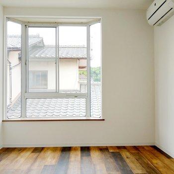 大きな出窓が素敵。グリーンを並べたいな。
