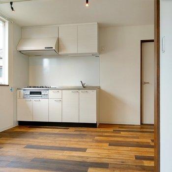 ホワイトのキッチン。横に冷蔵庫も置けます。