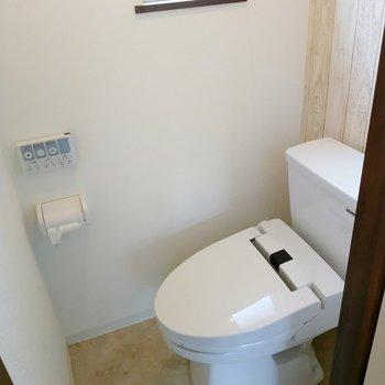トイレはウォシュレット付き。換気窓もあります。