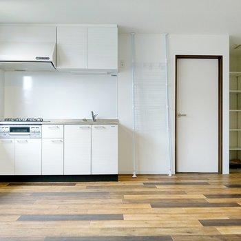 洋室への入り口はキッチンと玄関の間に。