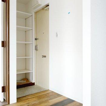 玄関のシューズボックスは幅がしっかり。靴以外も置けそうです。