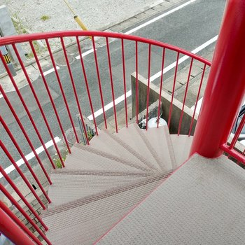 赤の螺旋階段。幅は広めです。
