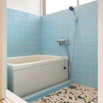 ブルーのタイルが爽やかなお風呂へ。