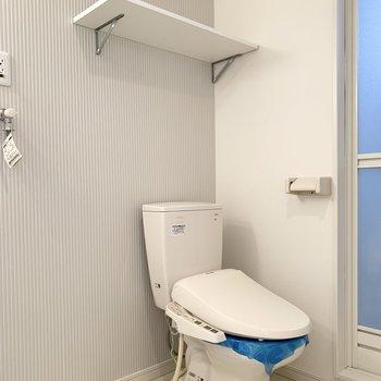 奥にはウォシュレット付のおトイレ。上部の棚には洗剤やペーパーを置くのがよさそうですね。