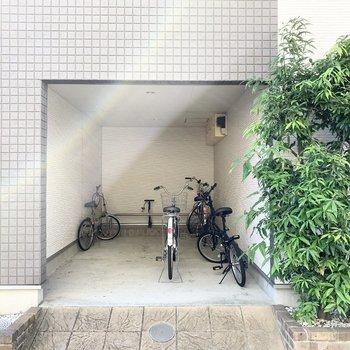 下には自転車置場も。