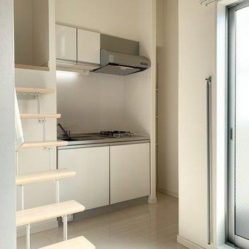 キッチンは少し奥まった位置に。
