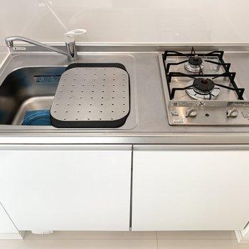 2口ガスコンロのキッチンはシンクボード付で作業スペースも作られていますね◎