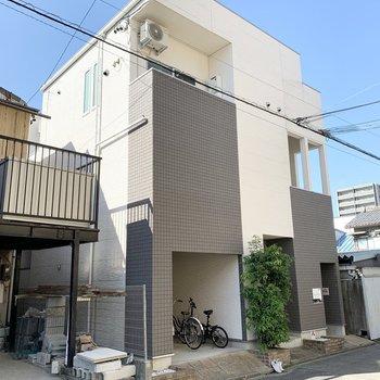 駅から徒歩5分の2階建てアパートです。