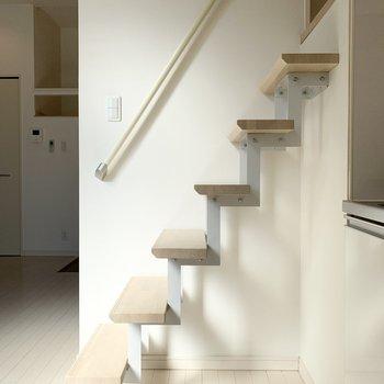 そんなキッチンのお隣にはロフトへの階段。はしごじゃないのが嬉しいポイント◎