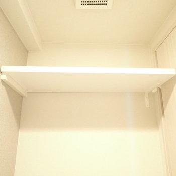 上にはペーパー置き場つき!(※写真は6階の同間取り別部屋のものです)