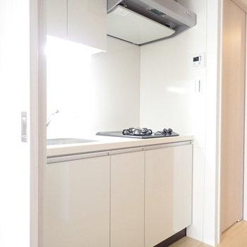 真っ白キッチン!(※写真は6階の同間取り別部屋のものです)