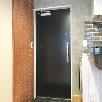 玄関の前方にスペースが空いているので、そちらにシューズラックを配置できそうです。