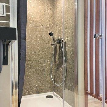 シャワールームがキッチンの隣に。ガラスのドアが素敵です。