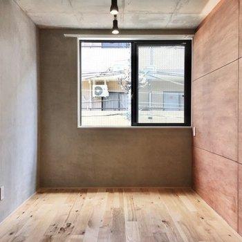 柔らかな肌触りとクールな見た目が調和することで、都会的なお部屋に仕上がっていますね。
