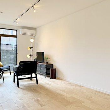 南西向きの窓から入る明るい光が無垢床と相まってステキな空間に!(※写真の家具小物等は見本です)