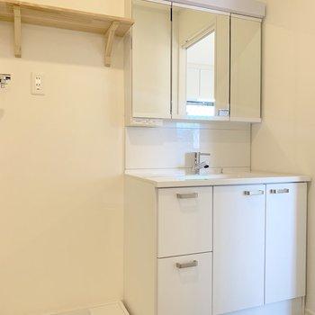 洗面台や洗濯機置き場も新しく生まれ変わっています。