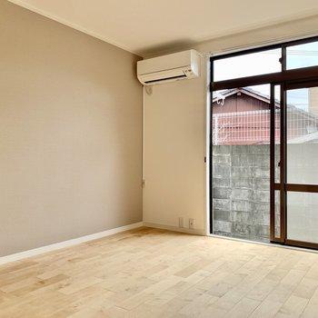 洋室は6帖と寝室としてはゆったりサイズ!グレーのアクセントクロスに合わせてグレーの寝具が◎