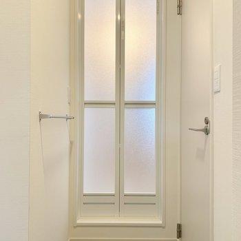 脱衣所はL字になっており、左手にはタオル掛けも付いています。右手の扉は…