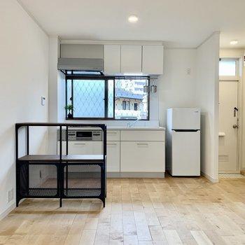 3口ガスコンロキッチンにはグリルも付いていて嬉しい!冷蔵庫も横にスッキリ収まります。(※写真の家具小物等は見本です)
