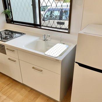料理が捗る新品キッチン!人工大理石の天板は掃除がらくらく!(※写真の家具小物等は見本です)