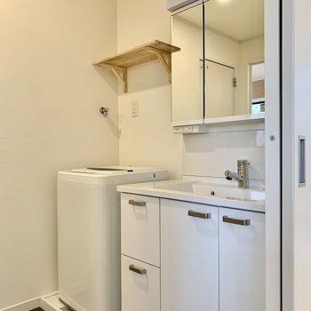 洗面台や洗濯機置き場も新しく生まれ変わっています。(※写真の家具は見本です)
